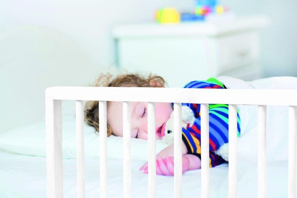barriere de lit livia blanche 122cm l nidalys. Black Bedroom Furniture Sets. Home Design Ideas